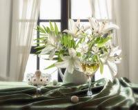 Натюрморт лета флористический с лилиями букета белыми и creem льда Стоковая Фотография RF