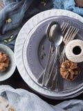 Натюрморт обедающего благодарения с плитами и столовым прибором Стоковые Фотографии RF