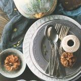 Натюрморт обедающего благодарения с сквошом и плитами квадрат Стоковые Фото