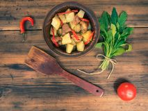 Натюрморт овощей, испеченных картошек с мясом, овощей, перца на предпосылке деревянного стола сельско Стоковое Изображение RF
