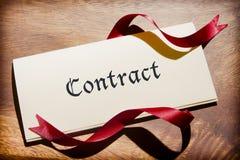 Натюрморт документа контракта на деревянном столе Стоковое фото RF