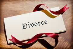 Натюрморт документа развода на деревянном столе Стоковое Фото