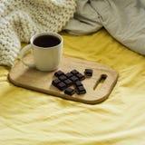 Натюрморт осени весны Завтрак в кровати Белая спальня домашняя помадка Книги, цветки, шоколад и кофейная чашка Плоское положение Стоковые Изображения RF