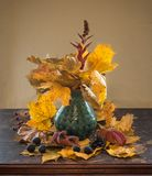 Натюрморт осени с желтым цветом выходит в вазу Стоковые Фото
