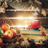 Натюрморт осени с чашкой кофе, яблоками и листьями осени крупный план предпосылки осени красит красный цвет листьев плюща померан Стоковые Фотографии RF