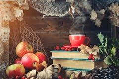 Натюрморт осени с чашкой кофе, яблоками и листьями осени крупный план предпосылки осени красит красный цвет листьев плюща померан Стоковое Фото