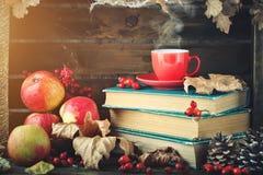 Натюрморт осени с чашкой кофе, яблоками и листьями осени крупный план предпосылки осени красит красный цвет листьев плюща померан Стоковые Изображения