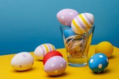 Натюрморт от пасхальных яя на пестротканой предпосылке Стоковое Фото