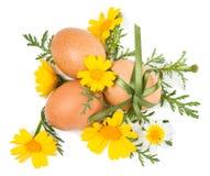 Натюрморт пасхи декоративных яичек и весны цветет Стоковое Фото