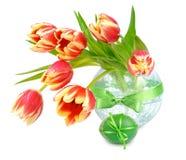 Натюрморт пасхи с оранжевыми тюльпанами и пасхальными яйцами на белизне Стоковая Фотография RF