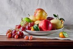 Натюрморт плода, плод клал вне на таблицу и предпосылку стоковые фотографии rf
