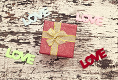 Натюрморт подарочной коробки на предпосылке древесины grunge Стоковое Изображение