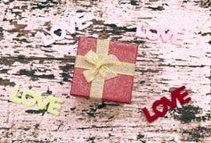 Натюрморт подарочной коробки на предпосылке древесины grunge Стоковая Фотография