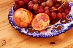 Натюрморт плодоовощей осени, с виноградинами и гранатовыми деревьями Стоковые Фото