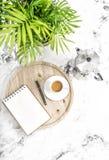Натюрморт рабочего места офиса тропического завода зеленого цвета кофе тетради Стоковое Изображение