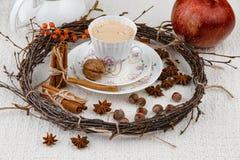 Натюрморт рождества гаек, елевых ветвей, жолудей, конусов ольшаника и гранатового дерева, клал вне на грубую ткань стоковое изображение