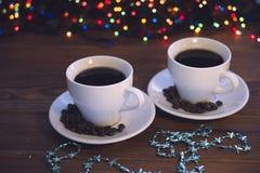 Натюрморт рождества с 2 кофейными чашками с поддонниками стоковые фото