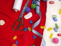 Натюрморт рождества шить включает поставки ткани и ремесла для создавать праздничные украшения и орнаменты Стоковые Изображения RF