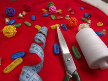 Натюрморт рождества шить включает поставки ткани и ремесла для создавать праздничные украшения и орнаменты Стоковое Изображение
