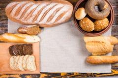 Натюрморт свежих хлебов с бутылками молока Стоковое Фото