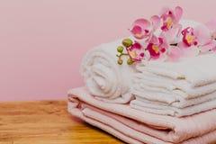 Натюрморт спа с цветком орхидеи и полотенцами - изображением стоковые фото