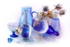Натюрморт стеклянных объектов с высушенными цветками Стоковое фото RF