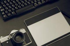 Натюрморт стола фотографа в интерьере домашнего офиса Профессиональные средства массовой информации фото работая оборудование, те Стоковое Изображение RF