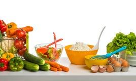 Натюрморт сыра, овощей и яичек на таблице Стоковое фото RF