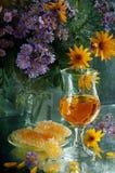 Натюрморт с белым вином, медом и букетом Стоковая Фотография RF