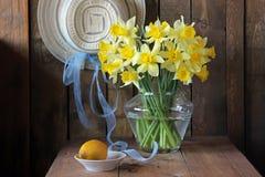 Натюрморт с букетом желтых Narcissus и лимона Стоковое Изображение RF