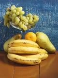 Натюрморт с виноградинами, бананами, грушами и tangerines Стоковое фото RF