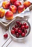 Натюрморт с вишнями и нектаринами на белизне Стоковая Фотография RF