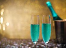 Натюрморт с голубой предпосылкой bokeh шампанского и золота/Sele Стоковая Фотография RF