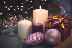 Натюрморт с горящими свечами, украшениями рождества и подарочной коробкой Стоковое фото RF