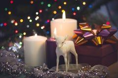Натюрморт с горящими свечами, украшениями рождества и подарочной коробкой Стоковое Изображение