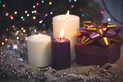 Натюрморт с горящими свечами, украшениями рождества и подарочной коробкой Стоковые Изображения RF