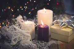 Натюрморт с горящими свечами, украшениями рождества и подарочной коробкой Стоковые Фотографии RF