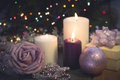 Натюрморт с горящими свечами, украшениями рождества и подарочной коробкой Стоковое Изображение RF