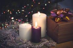Натюрморт с горящими свечами, украшениями рождества и подарочной коробкой Стоковые Изображения