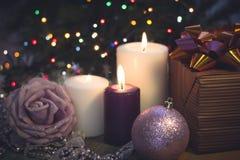Натюрморт с горящими свечами, украшениями рождества и подарочной коробкой Стоковая Фотография