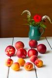 Натюрморт с летом цветет и приносить на деревянной таблице. Стоковые Фото