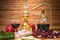 Натюрморт с кальяном, вином, венисой и помадками стоковые фото