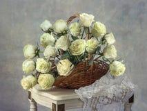 Натюрморт с корзиной роз Стоковые Изображения