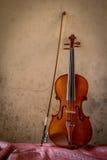 Натюрморт с космосом винтажной скрипки левым Стоковые Фото