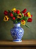 Натюрморт с красочными тюльпанами стоковые фотографии rf