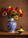 Натюрморт с красочными тюльпанами стоковая фотография rf