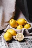 Натюрморт с лимонами в темном стиле стоковые изображения rf