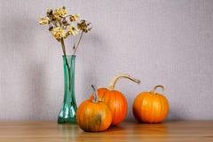 Натюрморт с малыми тыквами и букетом Стоковая Фотография RF