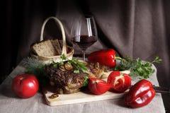 Натюрморт с мясом и овощами стоковые изображения