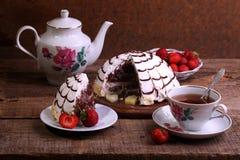 Натюрморт с пирогом Pancho, чая и свежей клубники Стоковые Фото